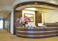 受付奥に並ぶ診察室や処置室、内視鏡室、点滴室、リハビリ機器のあるリラックスルームは全て個室