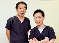 理事長・医科院長 佐藤晴瑞(はるみつ)さん(左)、歯科院長 佐藤哲大(あきひろ)さん(右)