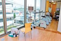心臓リハビリテーション室。歩くよりも軽い負荷で始められるエルゴメータを新たに導入。「個々の患者様の心肺機能に応じた運動負荷量で心肺機能の維持・向上を図ります」